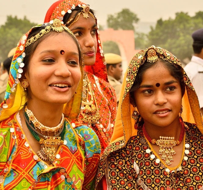 girls-performing-at-pushkar-camel-fair